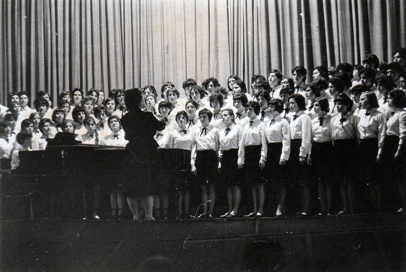 Фанфарната музика на 15та гимназия